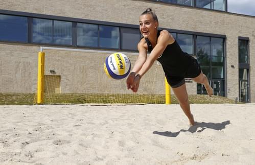 Frau spielt Volleyball