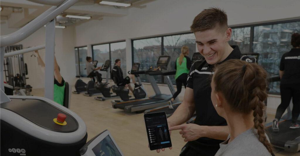 Ein 96-Fitness Trainer unterstützt beim Training